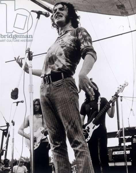 """Concert du chanteur Joe Cocker interpretant """"""""With a little help from my friends"""""""". Scene tiree du Film documentaire """"""""Woodstock"""""""" de Michael Wadleigh tourne lors du festival de musique, emblematique du mouvement hippie, qui eut lieu entre le 15 et le 18 aout 1969."""
