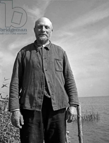 Fisherman from the Frische Nehrung bay bar, East Prussia, 1930s (b/w photo)