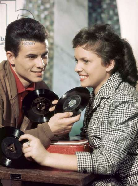 """""""""""Les comediens Barbara Frey et Horst Buccholz ecoutent un disque vinyle 45 tours dans le film """"""""Endstation Liebe"""""""" (Terminus-l'amour) de Georg Tressler , 1957"""