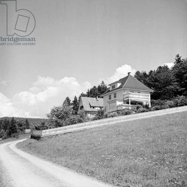 Scenic view to house near a small town, Germany 1930s (b/w photo)