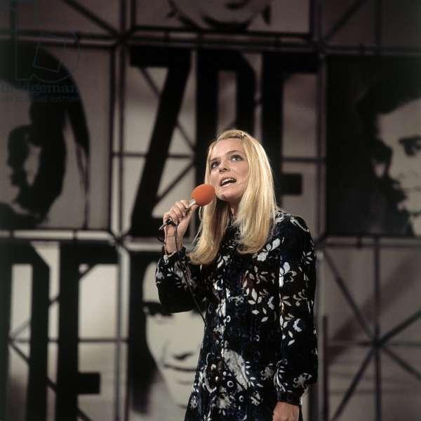 Portrait de France Gall, chanteuse francaise ne en 1947 dans l'emission television du hitparade. Photographie 1970.
