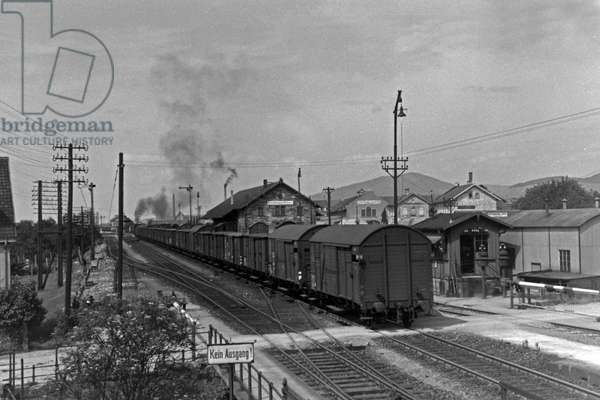 Freight train of the Deutsche Reichsbahn with a steam locomotive of the type 01, Germany 1930s (b/w photo)