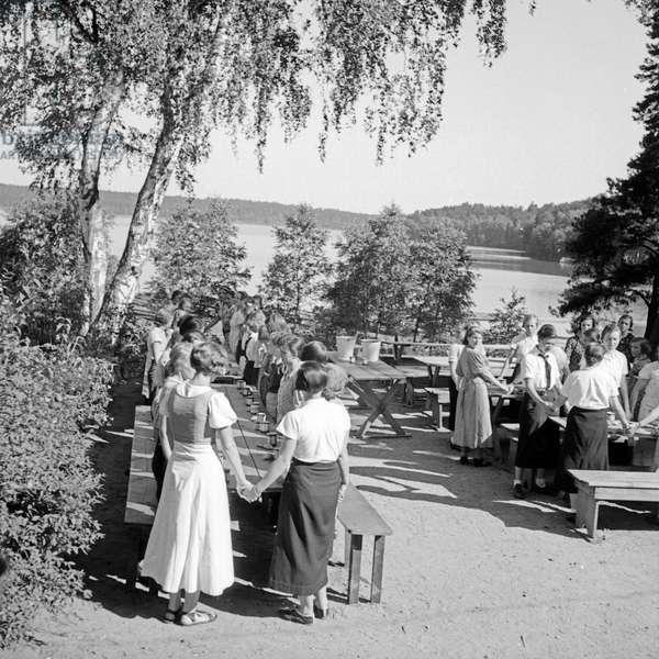 Saying grace before having dinner at the leisure camp of the Deutsche Arbeitsfront at Altenhof, Werbellinsee, Brandenburg, 1930s (b/w photo)