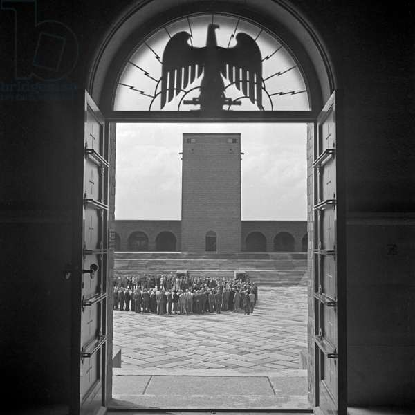 Tourist group at the Tannenberg monument near Hohenstein in East Prussia, Germany 1930s (b/w photo)