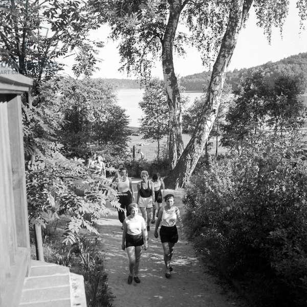 Coming back to the leisure camp of the Deutsche Arbeitsfront at Altenhof, Brandenburg, 1930s (b/w photo)