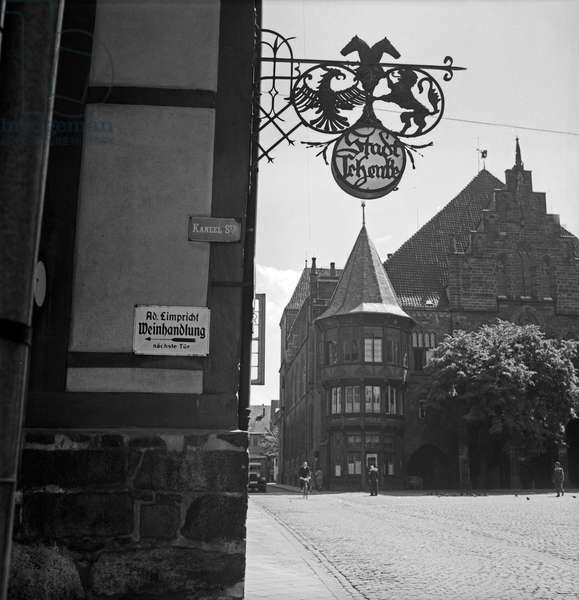 Entrance to Limpricht's wine store, the Stadtschenke restaurant and the city hall of Hildesheim, Germany 1930s (b/w photo)