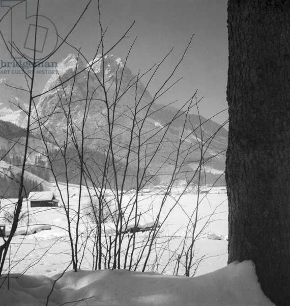 Winter vacation at the Arlberg area, Austria 1930s (b/w photo)