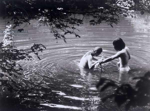 """Un couple se baignant sur le site du festival. Scene tiree du Film documentaire """"""""Woodstock"""""""" de Michael Wadleigh tourne lors du festival de musique, emblematique du mouvement hippie, qui eut lieu entre le 15 et le 18 aout 1969."""