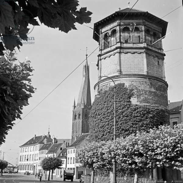 Schlossturm tower at Burgplatz square with Roman Catholic St Lambert's church in the background at Duesseldorf, Germany 1930s (b/w photo)