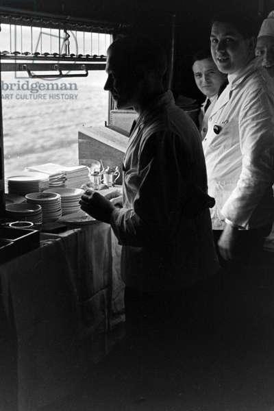 Mitropa staff at a dining car of the Deutsche Reichsbahn, Germany 1930s (b/w photo)