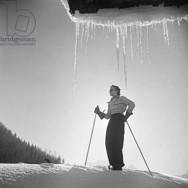 A young woman on skis in a winter wonderland, Germany 1930s (b/w photo)