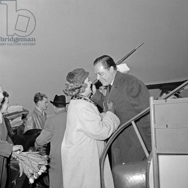 His wife Hella welcomes her husband, the German violinist Helmut Zacharias at Hamburg airport, Germany 1950s