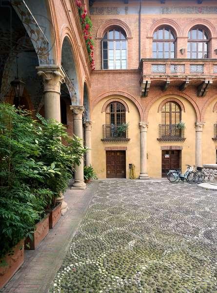The courtyard of Palazzo Fontanelli, Reggio Emilia, Emilia-Romagna, Italy (photo)