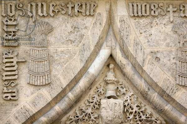 Top of the central portal of the Parmeggiani Gallery, Reggio Emilia, Emilia-Romagna, Italy (photo)