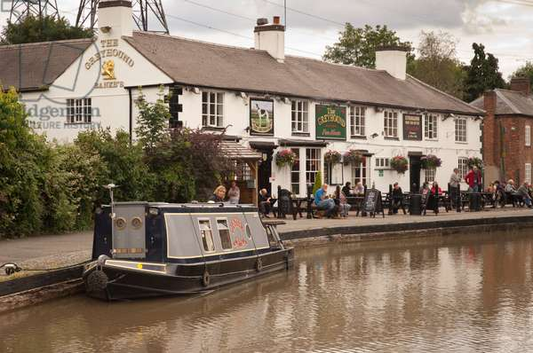 Grey Hound pub and narrow boat, Hawkesbury Junction, Coventry Canal, Warwickshire, 2011 (photo)