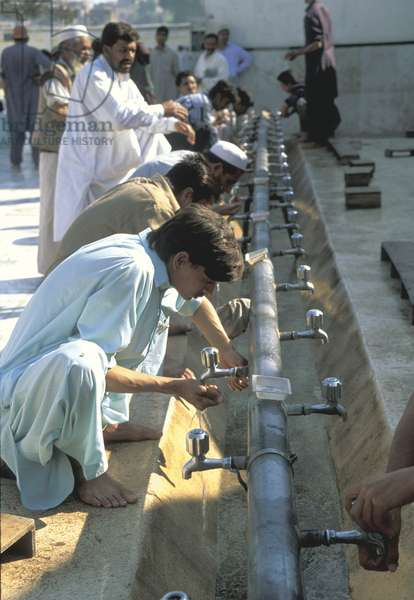 Men performing ablutions before prayers (photo)