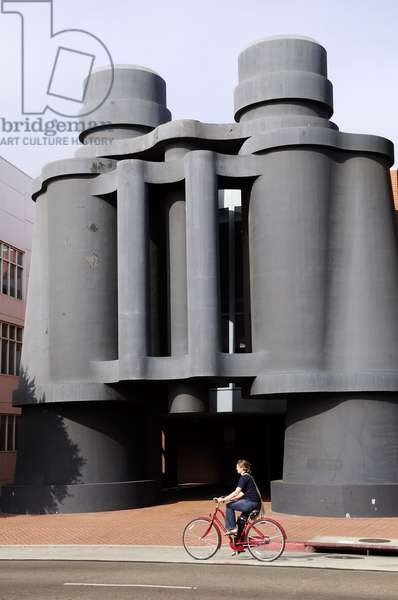 Exterior of Chiat/Day corporate headquarters  It has as its centre a three-story tall pair of binoculars designed by Claes Oldenburg and Coosje van Bruggen on Main Street in the town of Santa Monica (photo)
