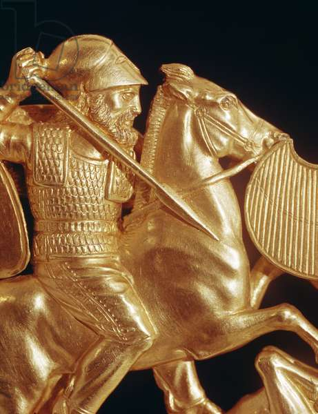 Comb ornamented with warrior in combat (gold)