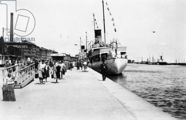 Picture of Szczecin harbour with the steamer 'Rugard' , Poland, c. 1927 (b/w photo)
