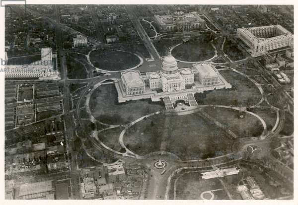 Aerial photo of the Capitol building, taken from the LZ 127 Graf Zeppelin, Washington 1928 (b/w photo)