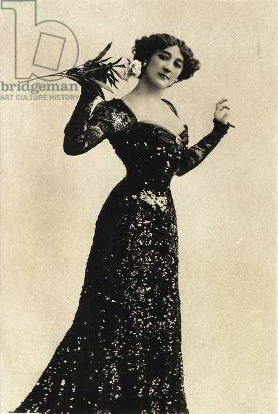 Portrait of Caroline (The Beautiful) Otero (1868-1965) - Otero holding a flower - Postcard sd debut 20th century