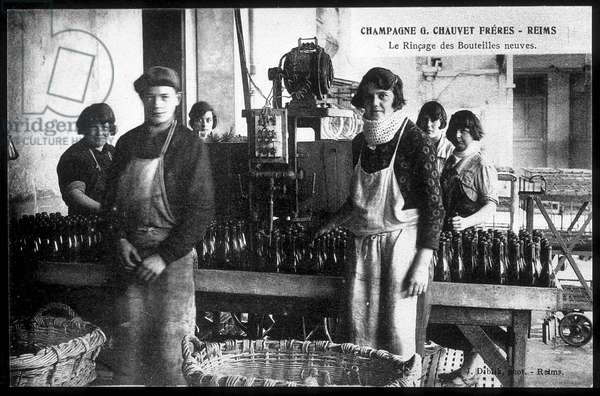 Champagne: the rinse of new bottles for Champagne Chauvet Frères - postcard, deb. 20th century