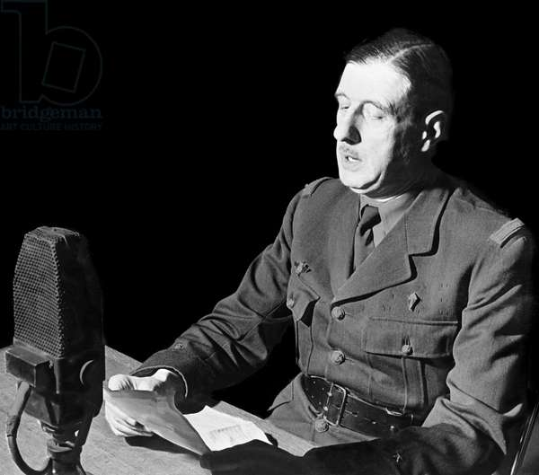 Le 18 juin 1940, le general de Gaulle lance son  appel a la Resistance sur les ondes de la BBC  depuis Londres - General Charles de Gaulle (1890-1970) making a speech at the BBC in London, 18th  juin 1940