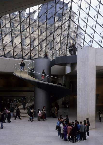 Cultural tourism: Chinese tourists in the lobby of the Louvre Museum in Paris under the pyramid. Photography, 2005. Architect of the pyramid: Ieoh Ming Pei.