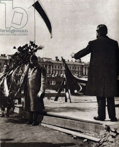 """First World War (1914-1918): """""""" Minister Albert Thomas visiting Petrograd at the time of the unrest of the Russian Revolution, addresses the crowd of workers, soldiers and students on May 1. """""""" In """""""" The mirror"""" 1917"""