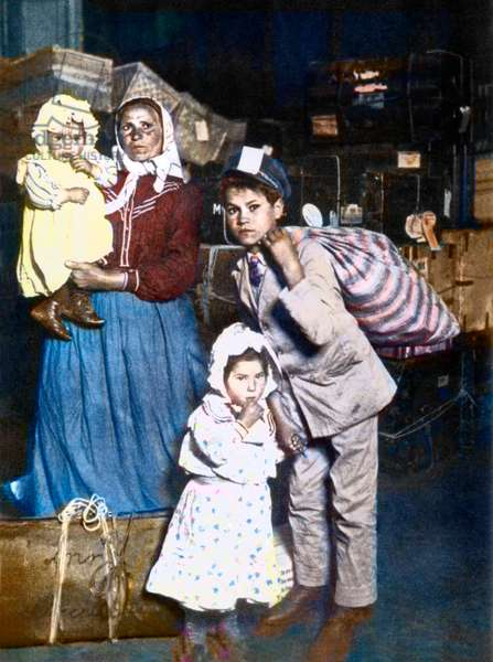 Arrival of a family of Italian immigrants to Ellis Island (New York) in the United States in 1905.