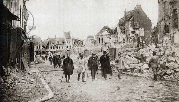 "First World War: """" the President of the Council Georges Clemenceau visits the ruins of the city of Noyon reoccupied 26/03/1918"""" In """" The mirror"""" April 1918"