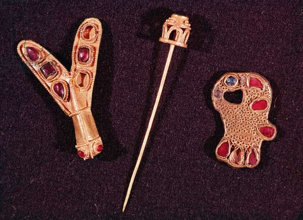 Brooches and gold pin