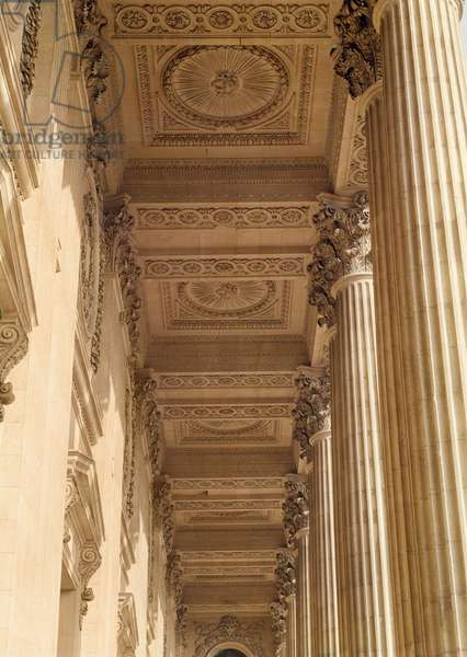 View of the ceiling of the colonnade of the Louvre (photo)