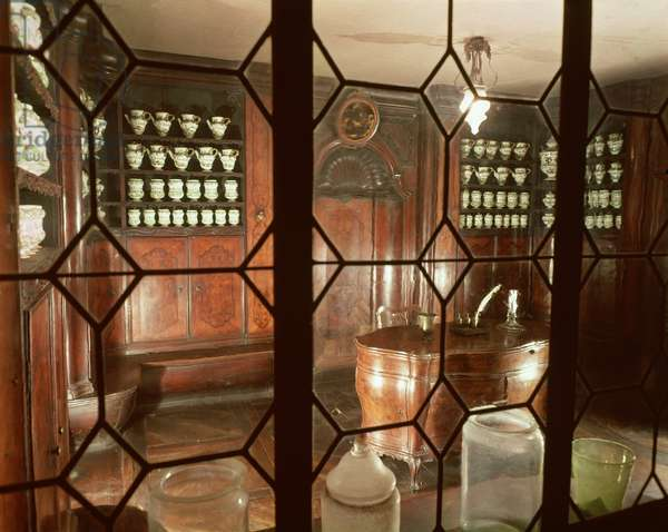 Reconstruction of an 18th century apothecary shop (photo)