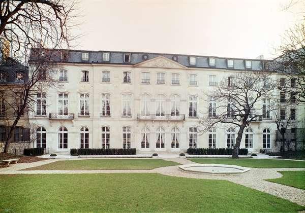 View of the garden facade of the Hotel de Beauharnais, built in 1713 (photo) Interior of the Salon Vert in the appartment of Prince Eugene de Beauharnais (1781-1824) (photo)