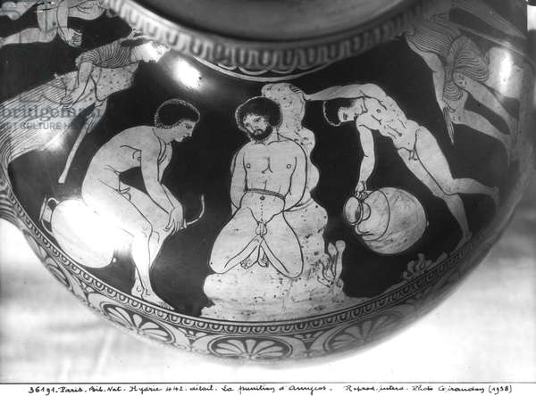 Red-figure hydria depicting the punishment of Amycus, 700-480 BC (ceramic) (b/w photo)