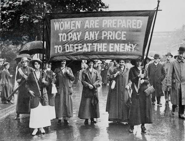 WSPU 'Right to Serve' march to demand work in munitions, 1915 (b/w photo)