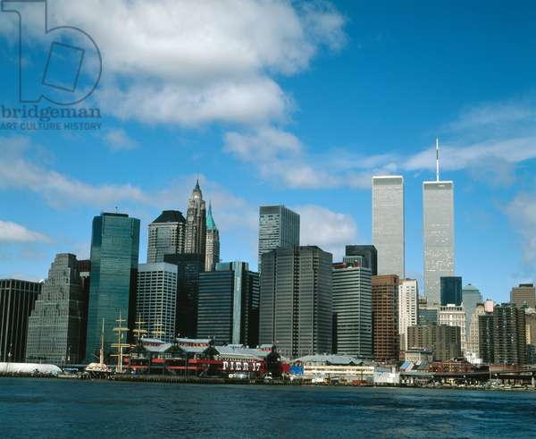 View towards the Financial District across the East River (photo)