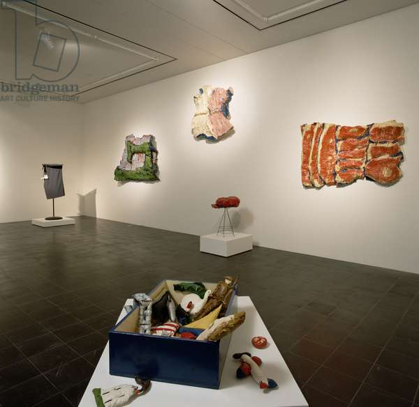 Gallery exhibiting works by Claes Oldenburg (b.1929) (photo) (see also 181630)