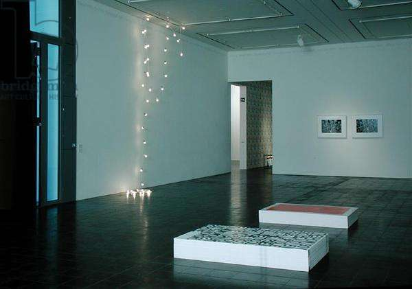 Gallery exhibiting works by Felix Gonzales-Torres (1957-96) (photo) (see also 180871-72)