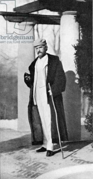 Mark Twain in white suit with long coat
