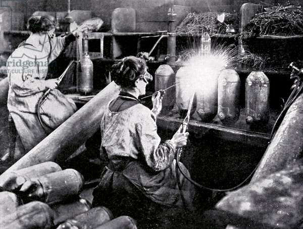 Women working in munitions factory during the First World War, 5th April 1916 (b/w photo)
