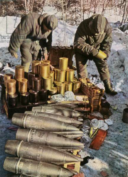 German soldiers handing artillery ammunition (WW2)