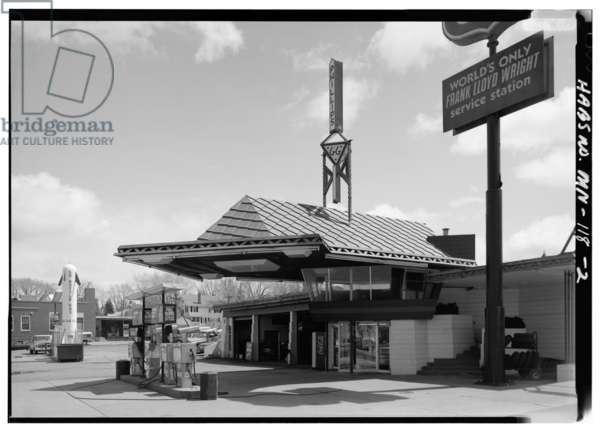 Lindholm Oil Company Service Station, Cloquet, Minnesota (b/w photo)