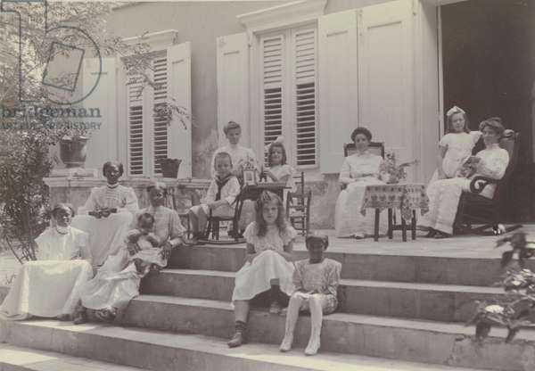 Women and children of a Dutch West Indies plantation with local staff, 1910 (photograph)