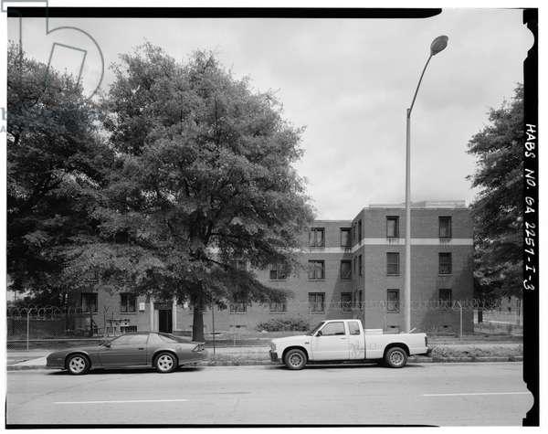 West side, 465 Techwood Drive and 125 Hunnicutt Street (on right). - Techwood Homes, Building No. 6, 465 Techwood Drive & 119-125 Hunnicutt Street, Atlanta, Fulton County, GA (b/w photo)