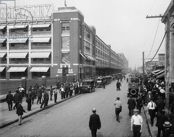Four o'clock shift, Ford Motor Company, Detroit, 1910-20 (b/w photo)