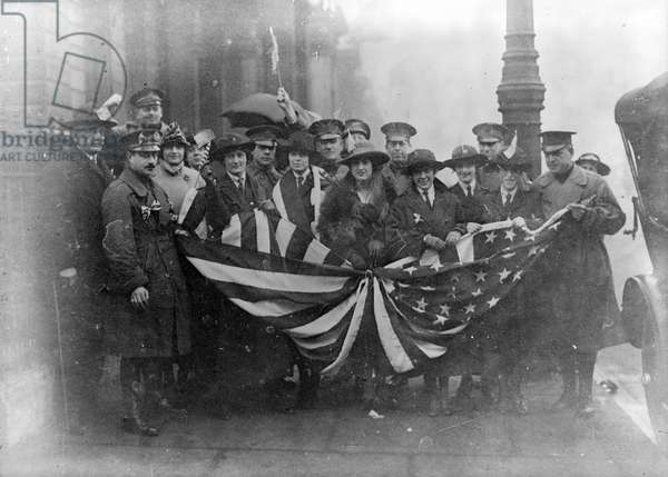 American Red Cross workers gathered in front of Red Cross headquarters building in London for the victory parade, 1918 (b/w photo)