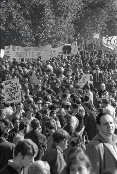 Large crowd demonstrate against the Vietnam war in Washington, D.C., 21 Oct. 1967 (b/w photo)
