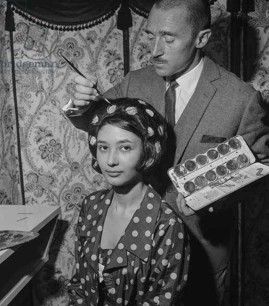 French hairdresser Aurelien Lindermans has invented the painting on hair to have an hairstyle matching with clothes, Paris, September 1960 : here Shany and her polka dot hairstyle (b/w photo)